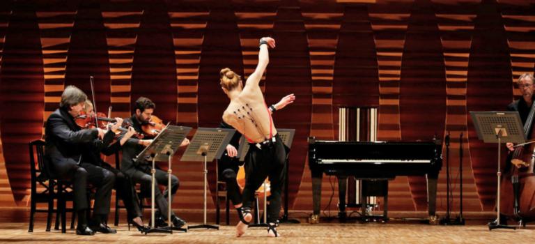 Ένας χορευτής μεταμορφώνεται σε πιανίστα.